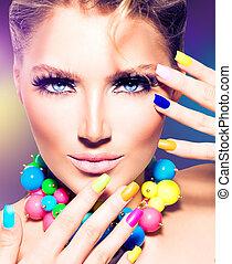 Una chica modelo de moda con uñas coloridas