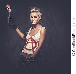 Una chica punk con un cóctel Molotov