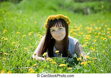 Una chica rara que se relaja en la pradera