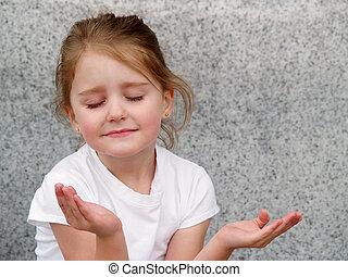 Una chica rezando