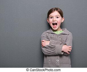 Una chica riendo con una expresión alegre