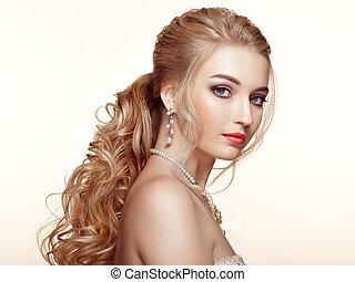 Una chica rubia con cabello largo y rizado brillante
