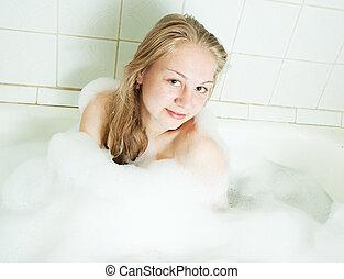 Una chica sentada en el baño