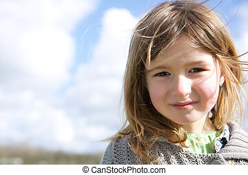 Una chica sonriendo al aire libre