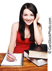 Una chica sonriente escribiendo en un bloc de notas