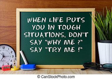 Una cita cuando la vida te pone en situaciones difíciles, no digas por qué yo? Escrito en pizarra verde en la mesa de madera.