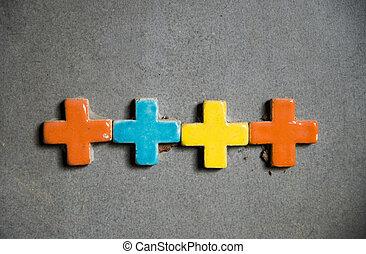Una cruz colorida en la pared 1