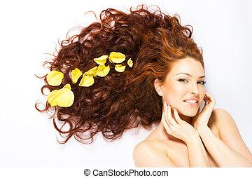 Una dama brillante de pelo largo y rojo