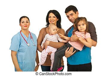 Una doctora con familia feliz