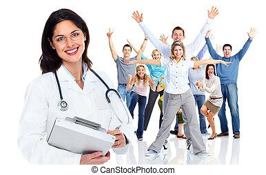 Una doctora de familia y un grupo de gente feliz.