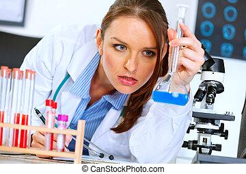 Una doctora en laboratorio analizando los resultados de la prueba médica