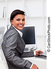 Una ejecutiva atractiva trabajando en una computadora