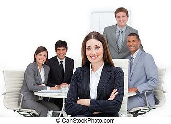 Una ejecutiva carismático sentada frente a su equipo
