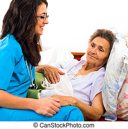 Una enfermera amable con ancianos