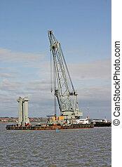 Una enorme barcaza de grulla de agua en el río Mersey en Liverpool