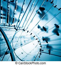 Una escalera de cristal moderna