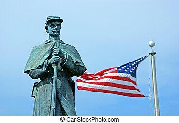 Una estatua de guerra civil con bandera americana