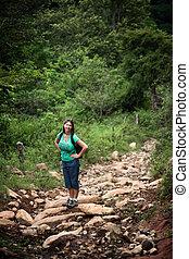 Una excursionista femenina en un camino rústico en Costa Rica