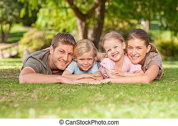 Una familia encantadora en el parque