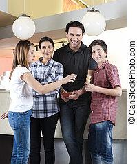 Una familia feliz con una chica en la heladería