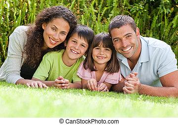 Una familia feliz en el jardín
