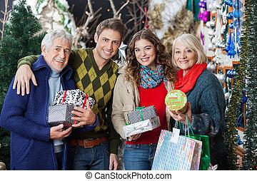 Una familia feliz en la tienda de Navidad