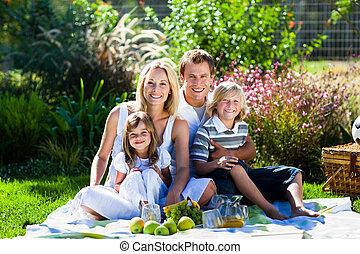Una familia joven de picnic en un parque