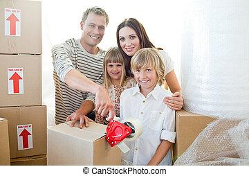 Una familia llena de cajas