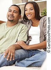 Una feliz pareja americana sentada en casa