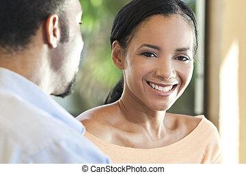 Una feliz pareja americana, una mujer sonriendo a la cámara