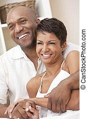 Una feliz pareja americana y americana