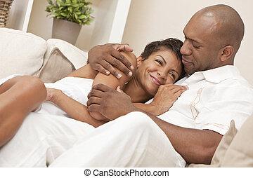 Una feliz pareja americana y una mujer que abraza