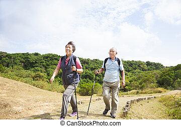 Una feliz pareja de ancianos asiáticos
