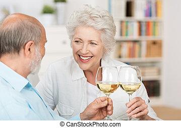 Una feliz pareja de ancianos celebrando