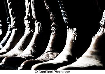 Una fila de botas de vaquero