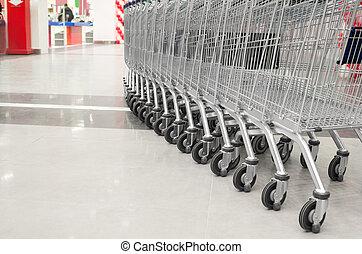 Una fila de carritos vacíos en el supermercado