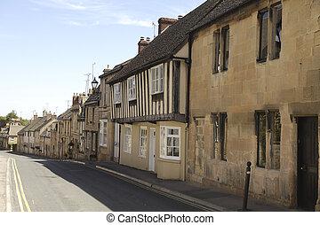Una fila de casas de piedra en un pueblo de Cotswolds, Inglaterra