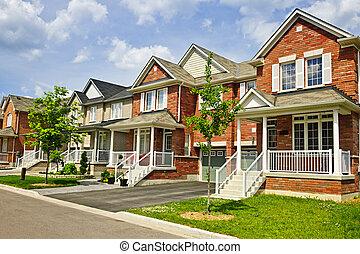 Una fila de nuevas casas suburbanas