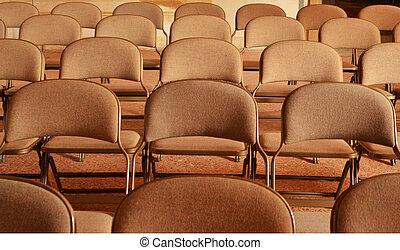 Una fila de sillas en una sala de reuniones