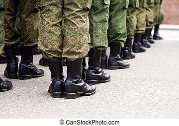 Una fila de soldados militares