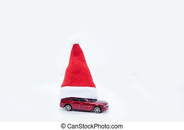 Una foto abstracta de la venta de autos de Navidad. Coche rojo bajo el sombrero de año nuevo