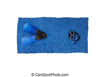 Una foto de alta vista del equipo de buceo tirado en una toalla de playa azul