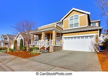 Una foto de la nueva casa amarilla en primavera