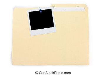 Una foto polaroid y una carpeta