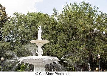 Una fuente de agua en el parque