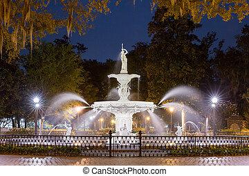 Una fuente de agua por la noche