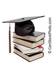 Una gorra de graduación sobre un montón de libros en blanco