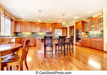 Una gran cocina de madera de lujo con verde y amarillo.