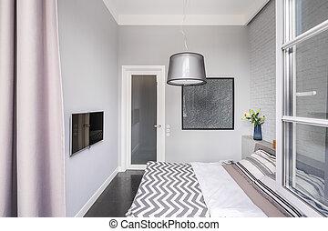 Una habitación brillante con televisión
