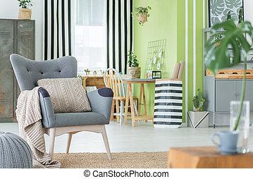 Una habitación cómoda con muebles de metal